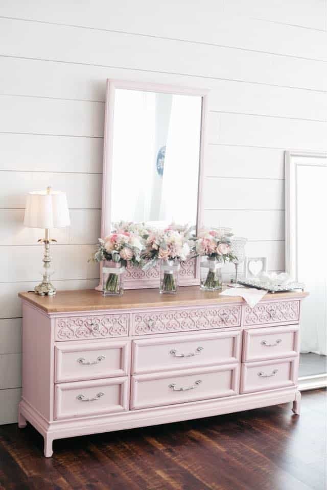 Brides Room Pink Vanity Furniture and Beautiful Decoration